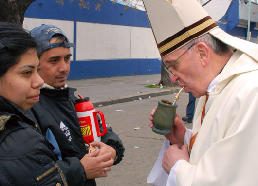 Kardynal_Bergoglio_pije_Yerba_Mate_2
